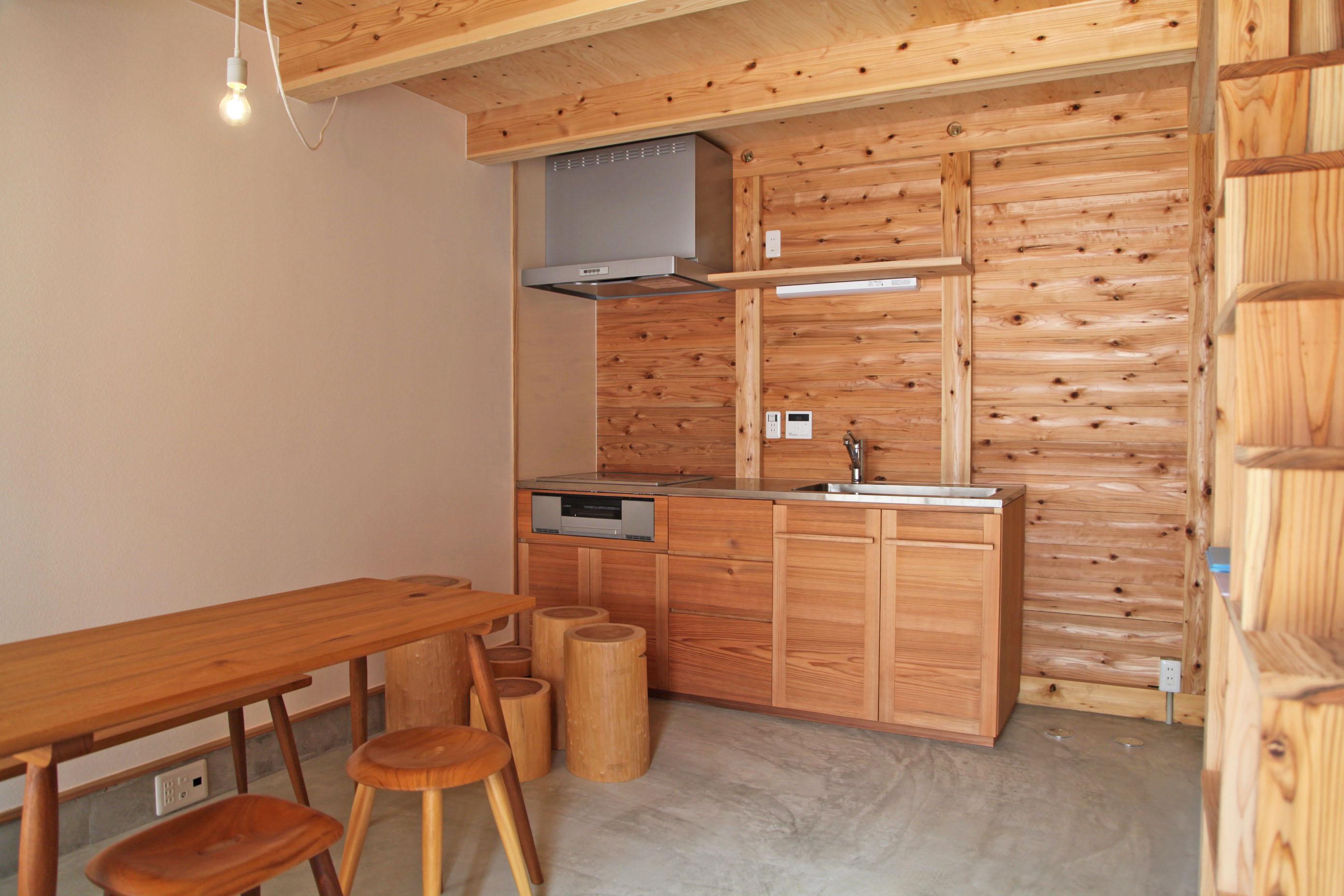 キッチンは八女の家具職人さんが八女杉を使いオリジナルでつくってくれたもの。