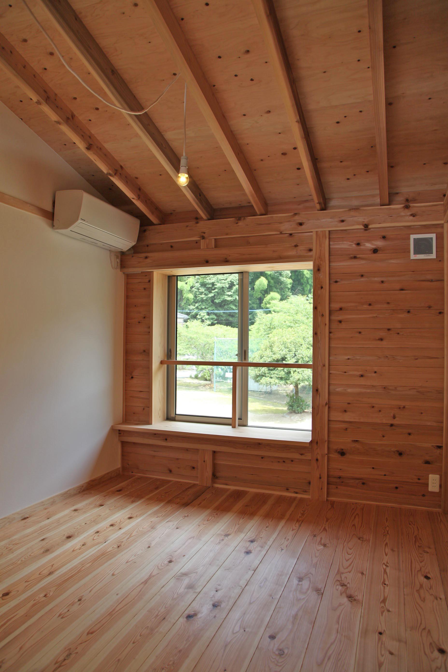 2階のもう一つの居室。勾配のある天井で開放感もあります。