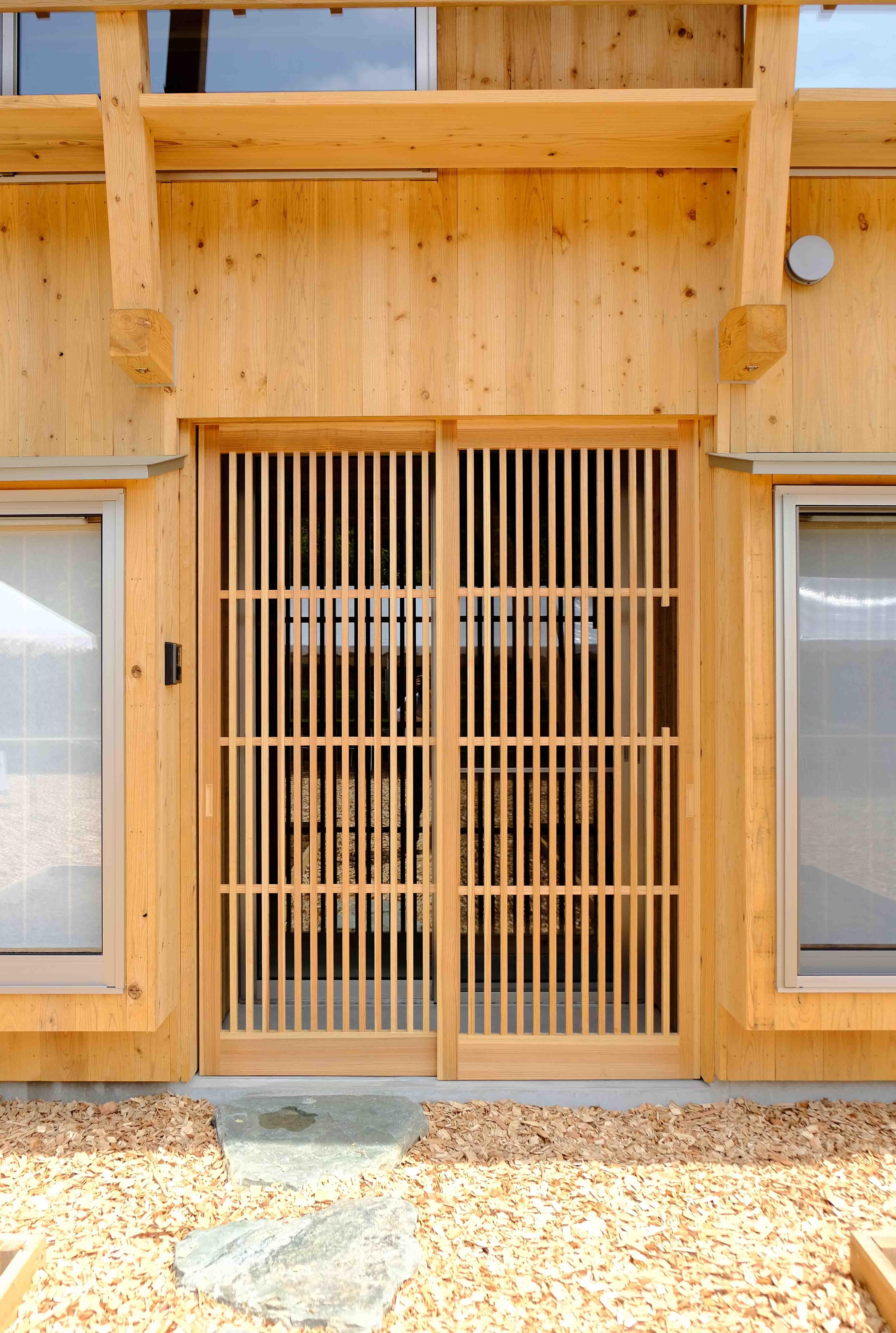 木格子の玄関。