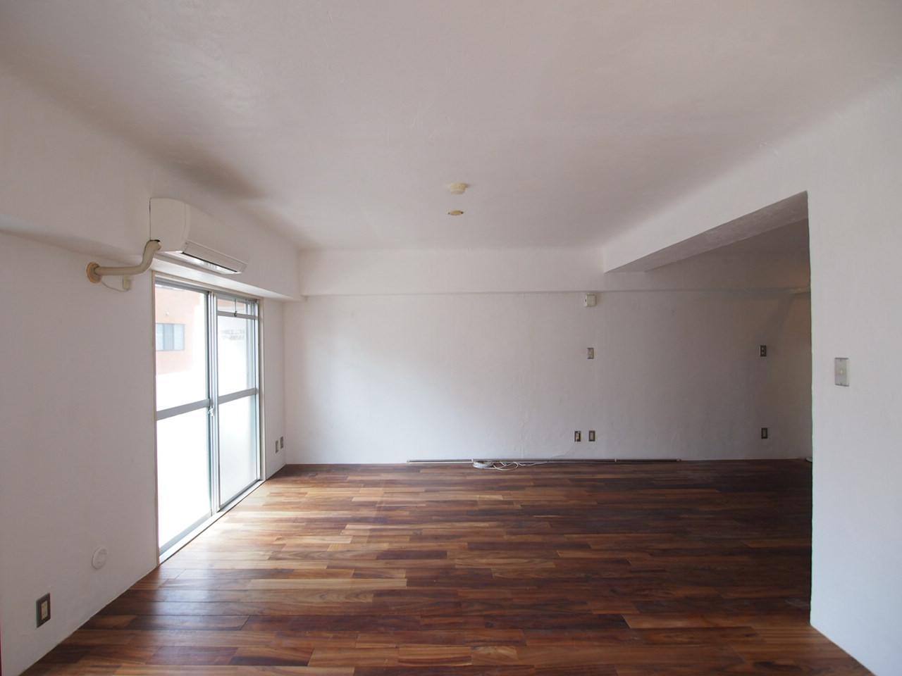 漆喰のホワイトとブラックローズの無垢床がいい塩梅
