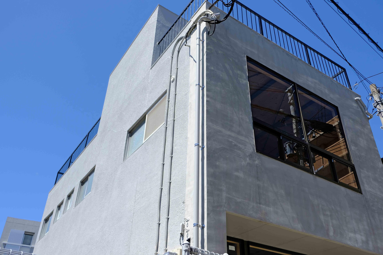 モルタルとグレー塗装の外観もシビれる。