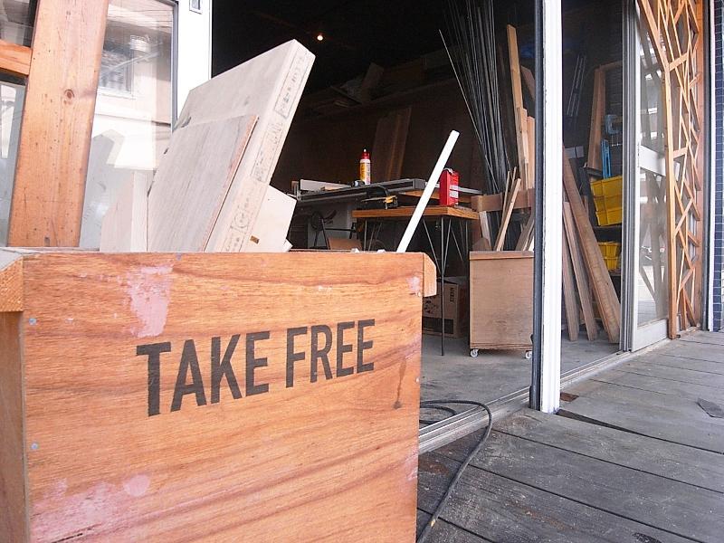 廃材はTAKE FREE。工房裏にもぎっしりありますので