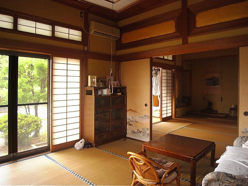 2部屋続きの和室。奥には縁側があり、庭に続く外の眺めも良さそう
