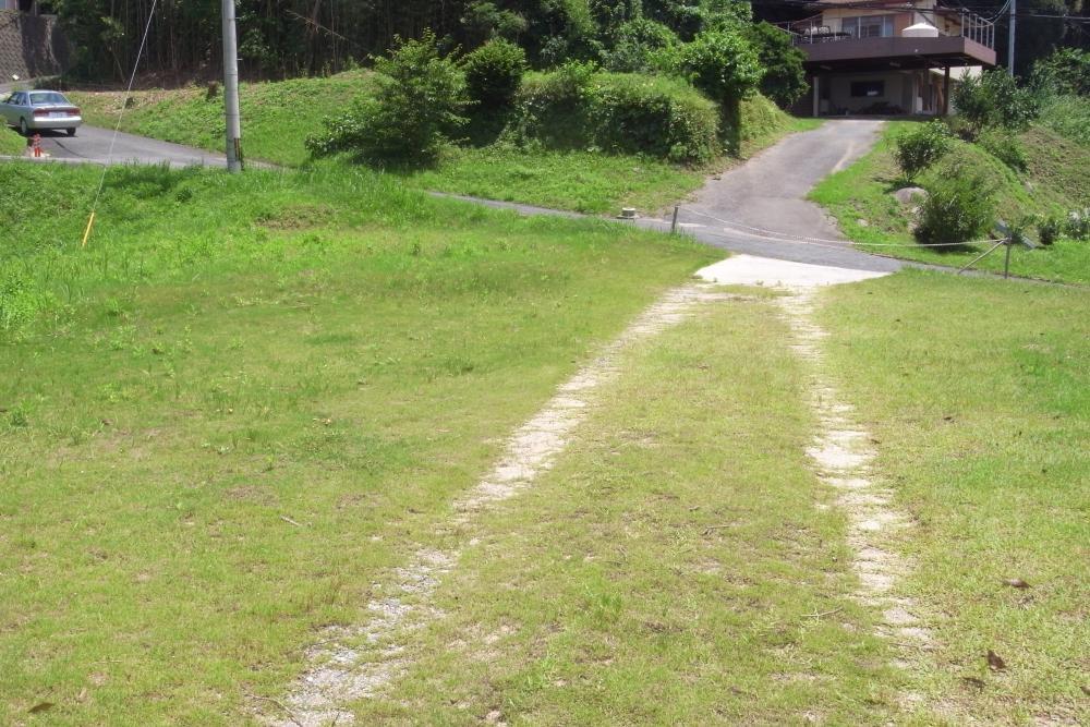 敷地から前面道路方向。なだらかな傾斜は視覚的な楽しさも。