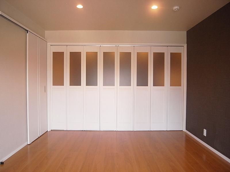 中央の洋室は折戸を閉めるとこんな感じ。