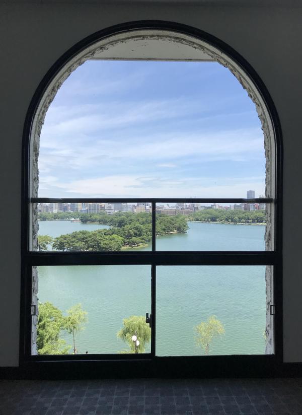 玄関扉を開けると共用部ではこの景色。