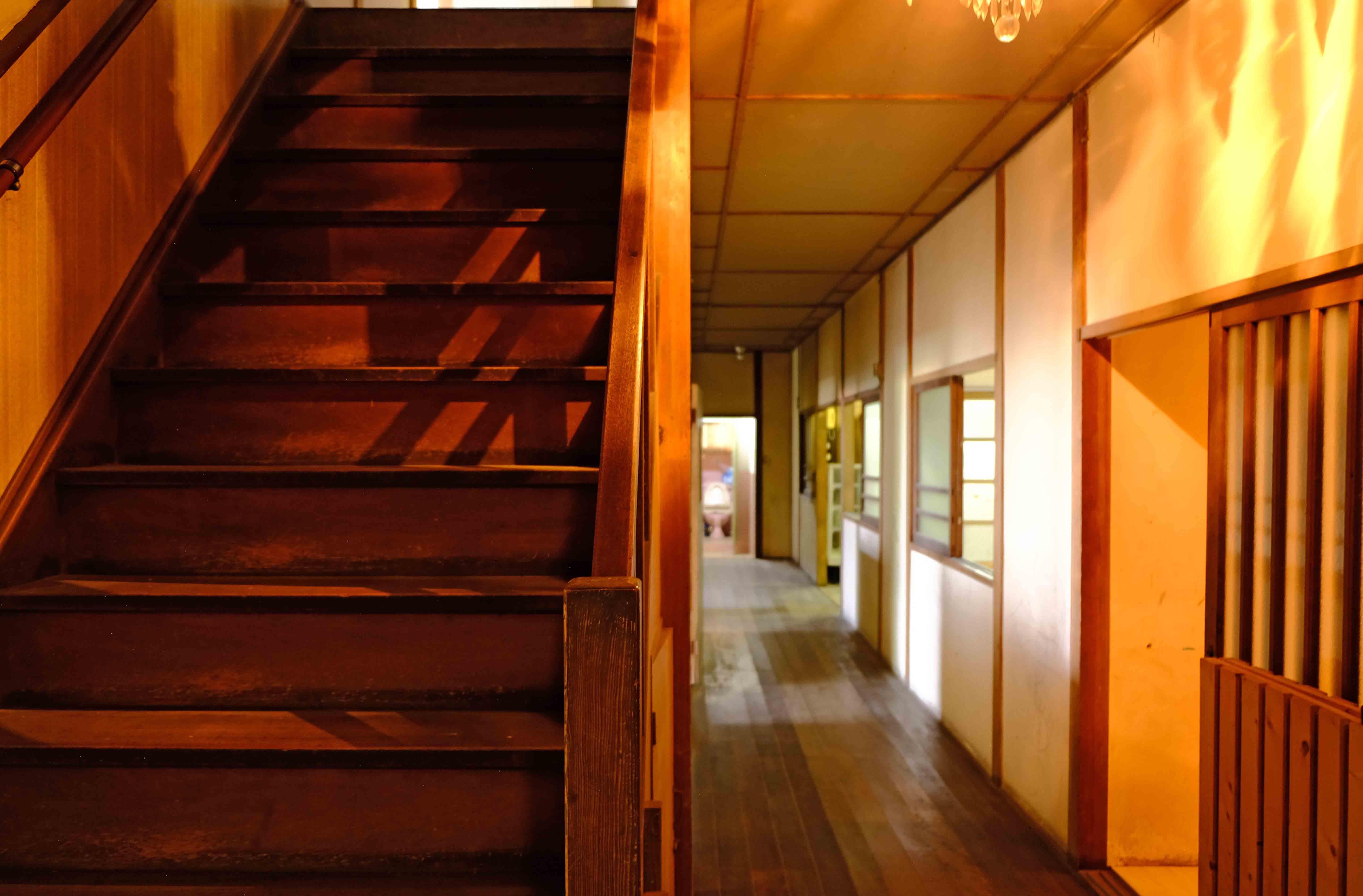 2階と繋がる階段。ちなみに右手前格子戸は6号室の入り口。