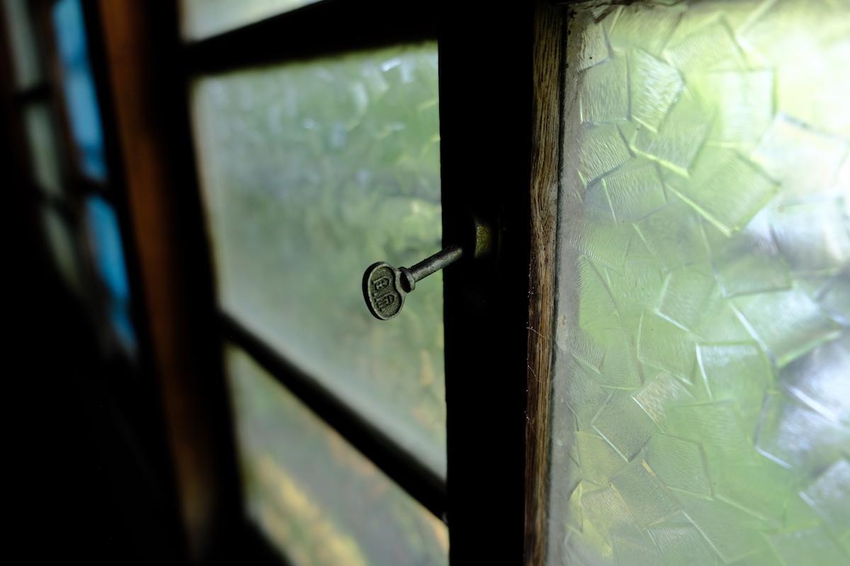 1号室。懐かしい木枠、レトロガラスの窓です。