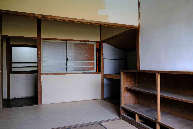 2号室。現状は和室、腰高窓の向こうは廊下です。