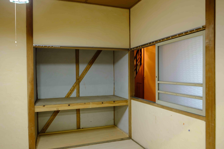 7号室。右手の窓の向こうは廊下になります。