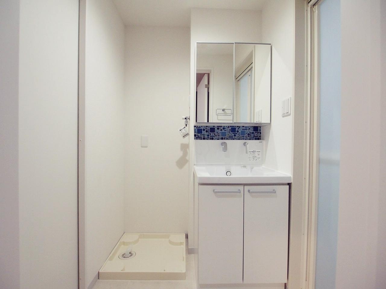 小賢しくも悪気のないタイルな洗面台と脱衣所。