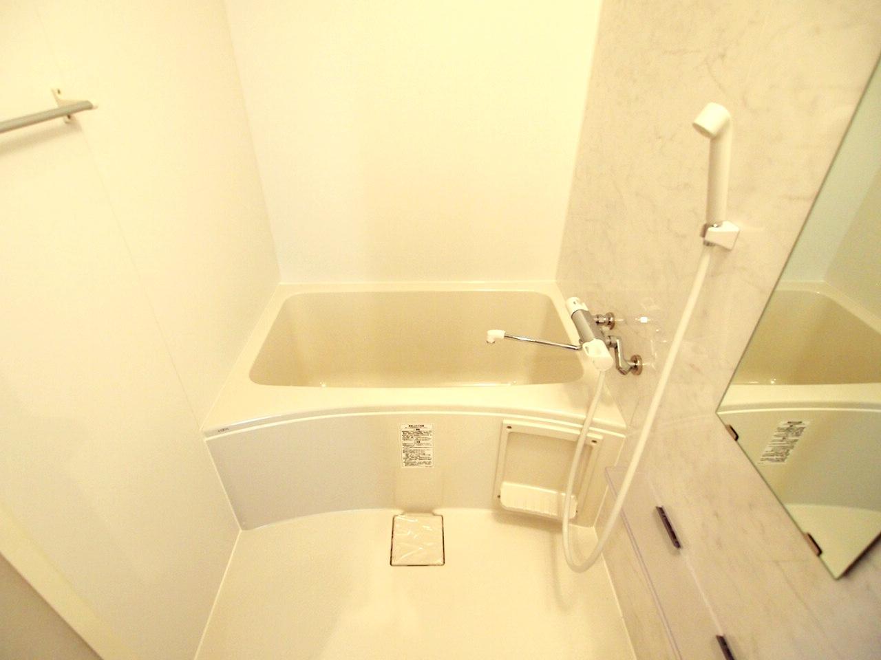 単身だったら問題ないサイズの浴室。新品。