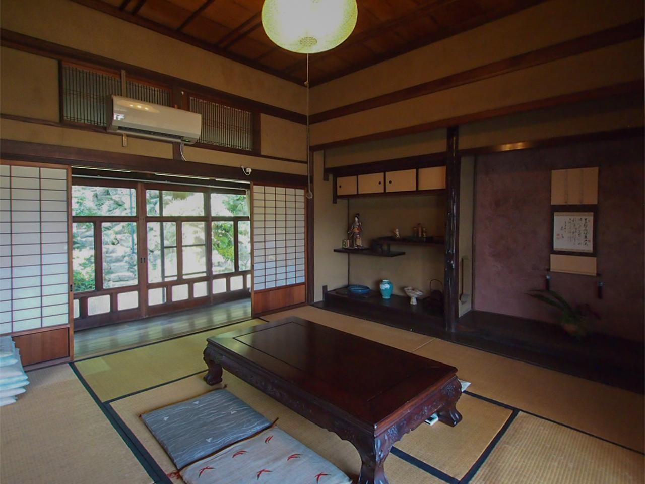 母屋1階和室、天井がちょっと高いのも特徴。