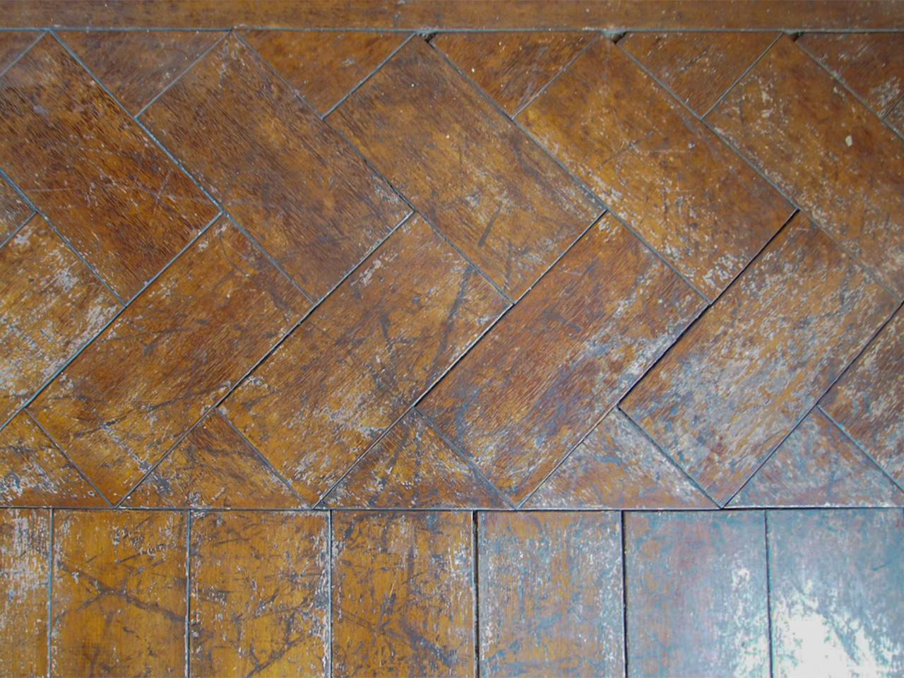 一部ヘリンボーンで貼られた床。