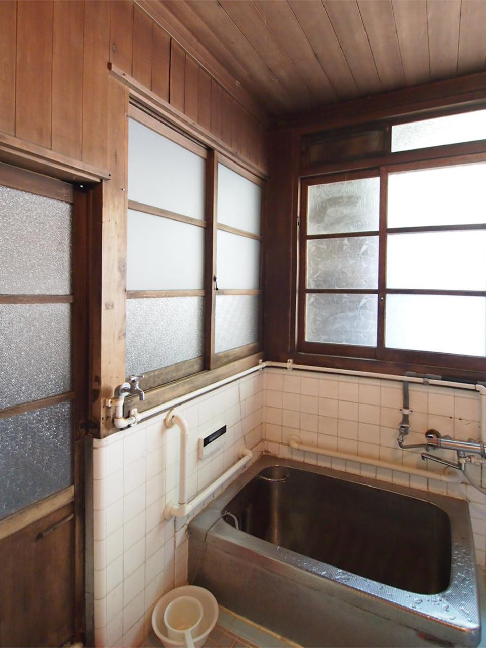 母屋1階 木に囲まれたお風呂。