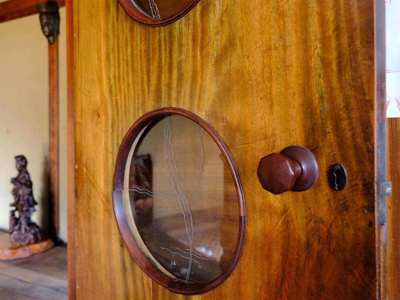 ドアのはめ込みガラスには可愛らしい模様が。ドアノブにもキュン。