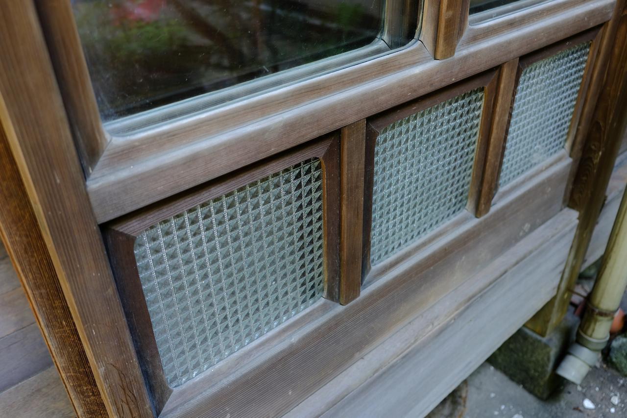 レトロな木製建具とガラス。