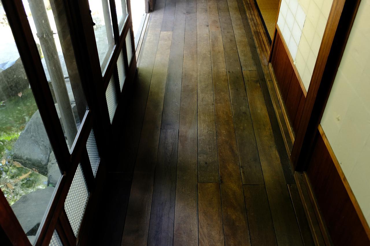 時を経ていい味わいの床。