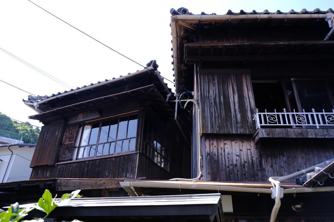 左が離れの建物。
