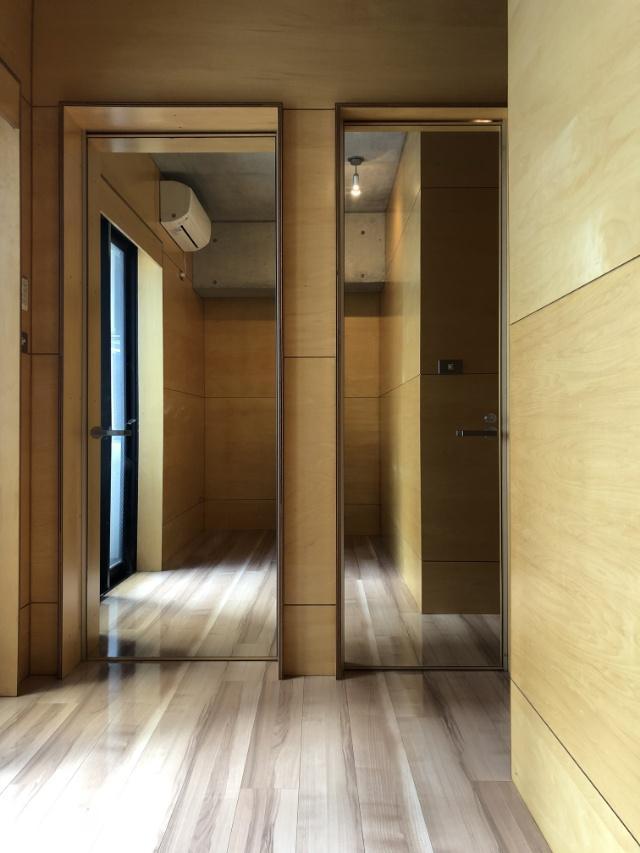 浴室とトイレの扉が姿見に