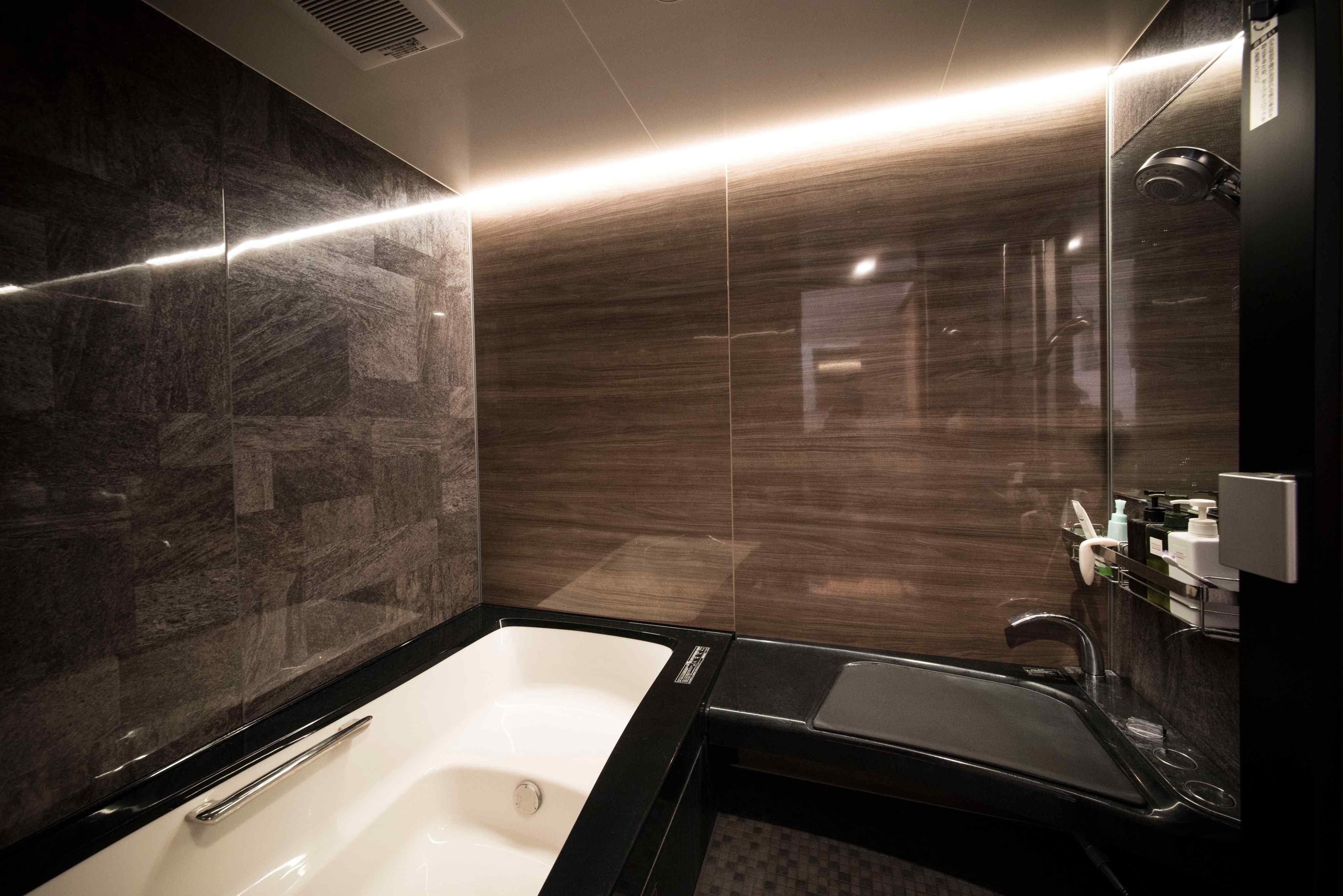 浴室は特注。とにかくデカいジェットバスです。