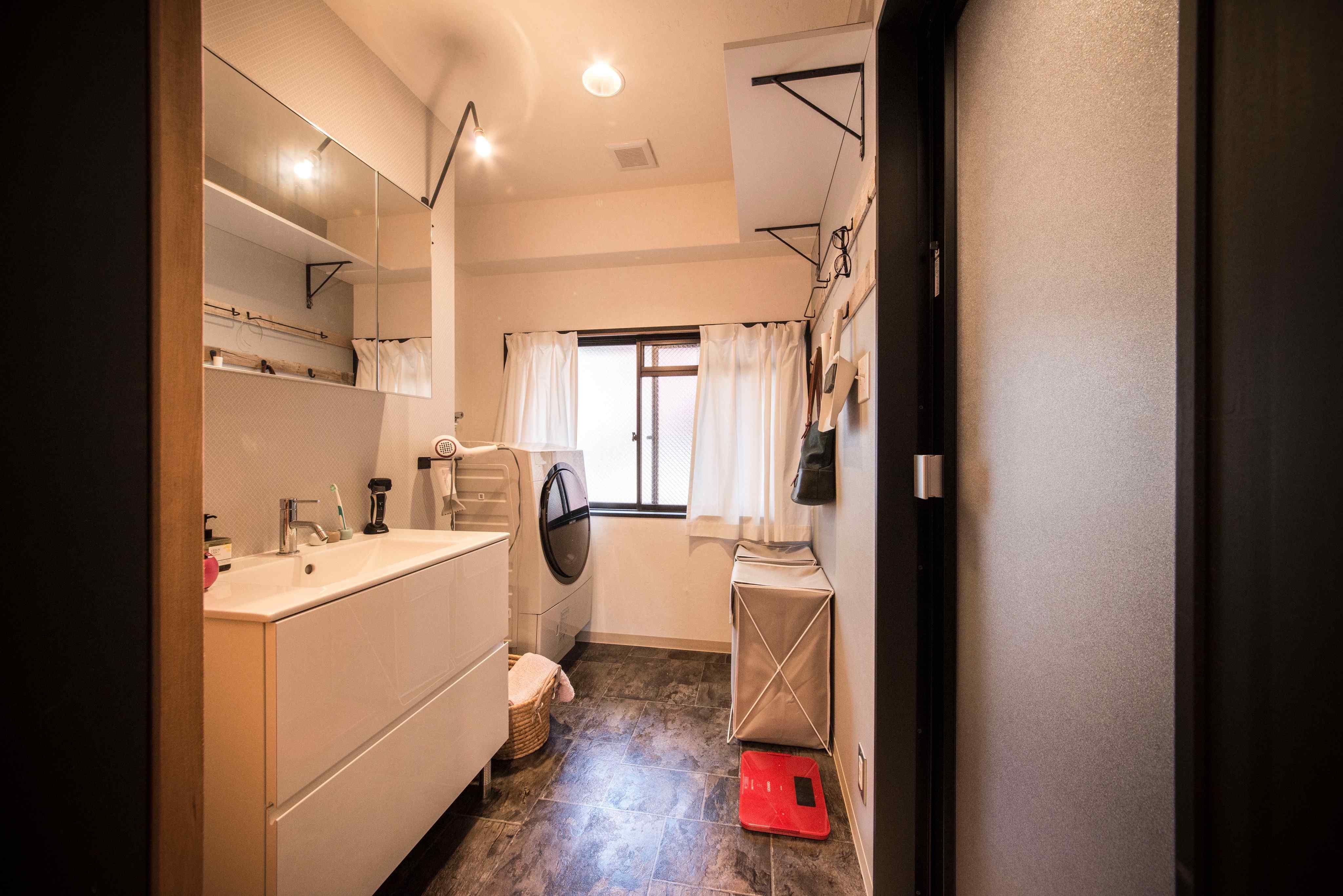 洗面所はシンプルかつ機能的。換気に窓が嬉しい。