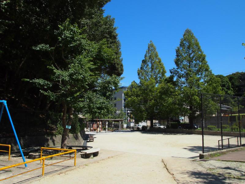 近所の公園。夕方にもなれば学校勤務を終えた子供達でにぎわいます。
