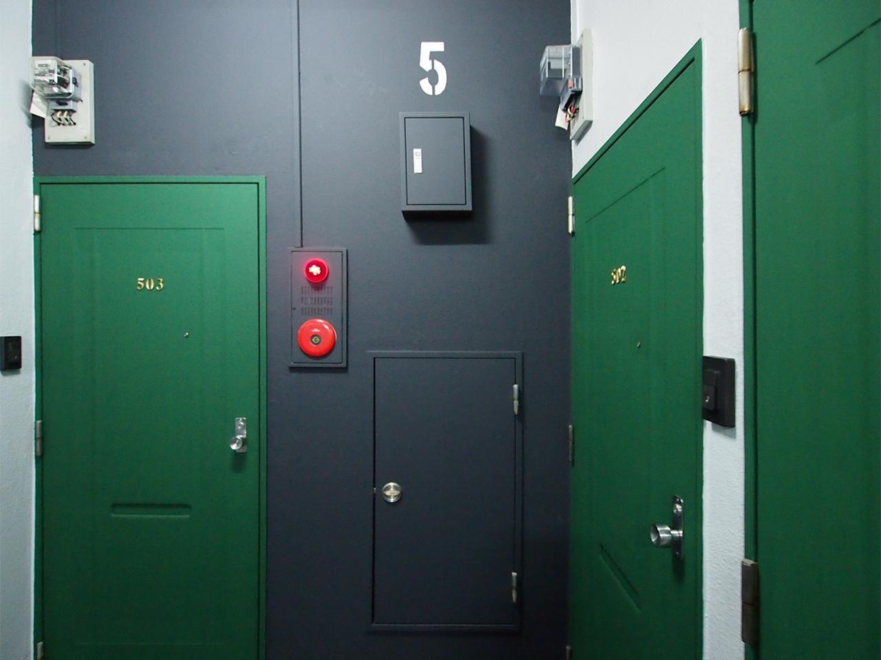 5階の玄関扉はグリーンです