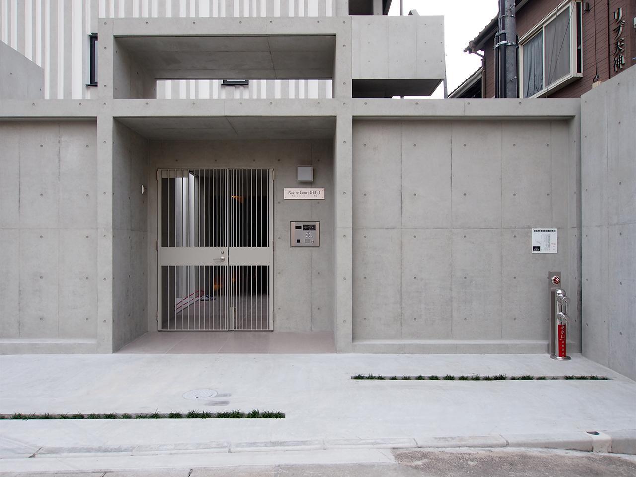 コンクリートの重厚なエントランス