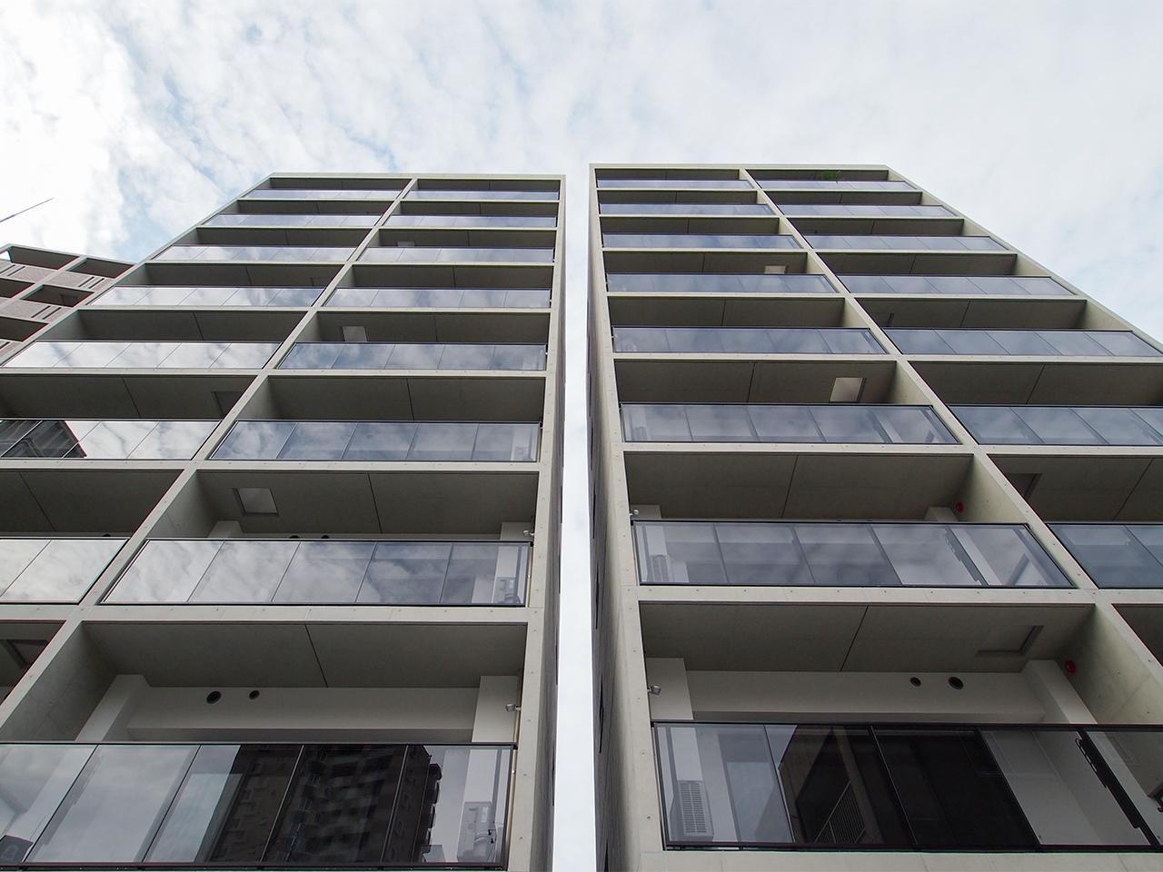 1フロア2住戸の建物が、双子のように並んでいます