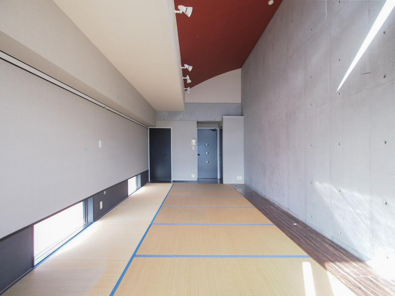 朱色の天井がアクセントに(703号室)
