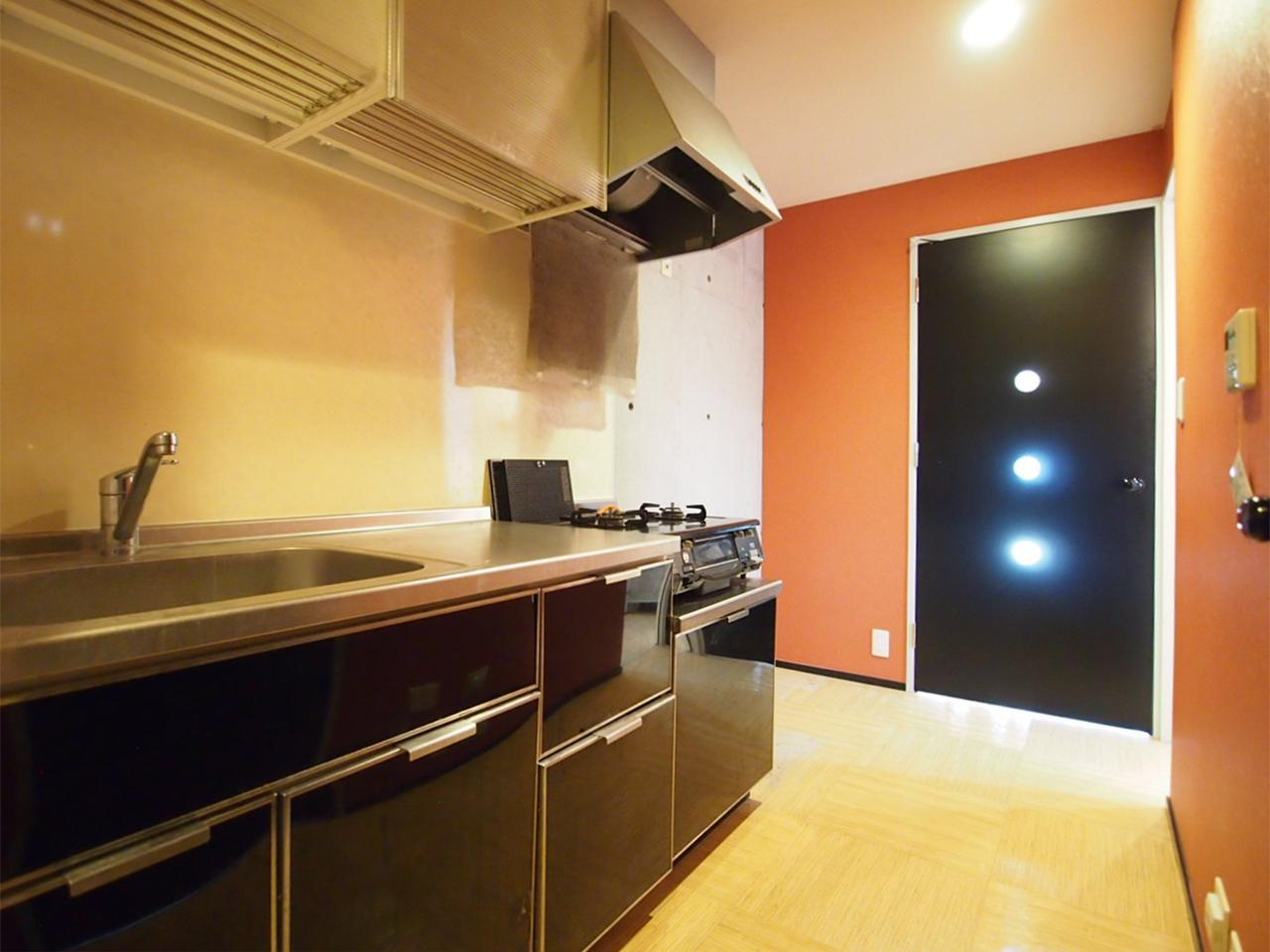 アクセントクロスが貼られたキッチン(703号室)