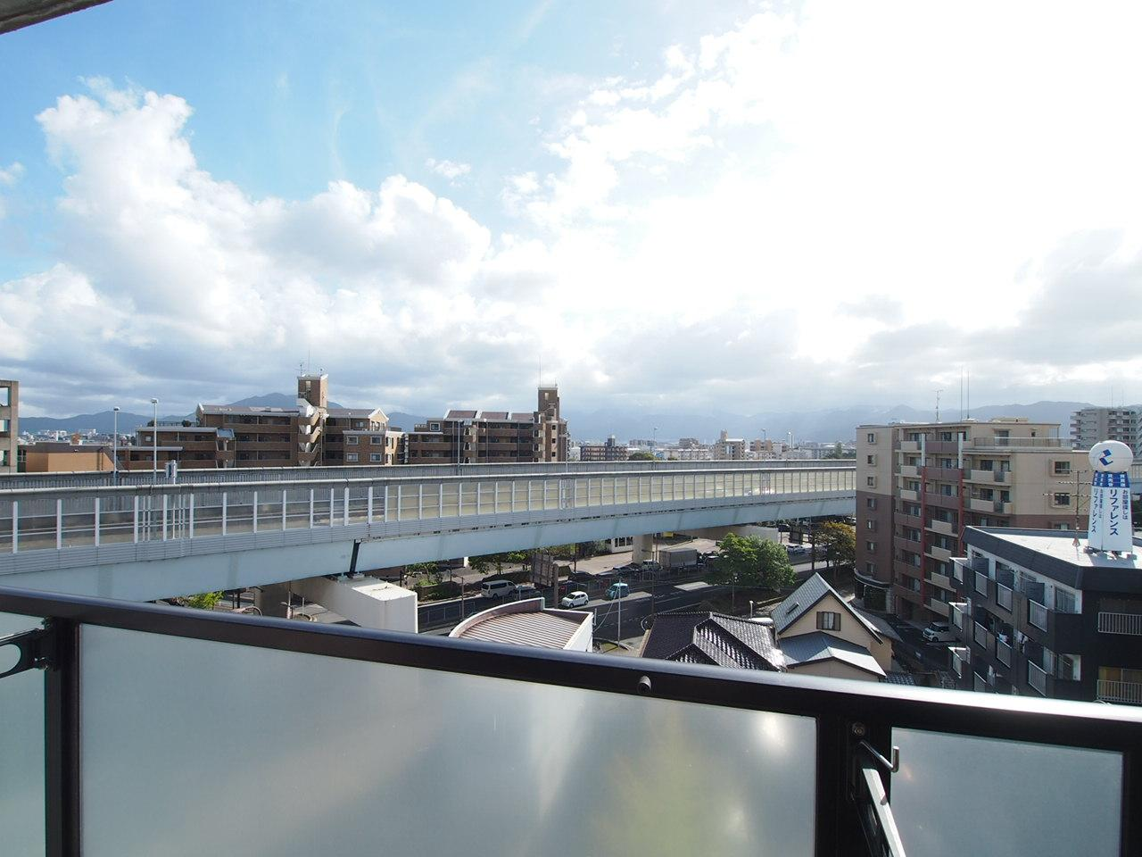 都市高とはこの距離。(7階バルコニーからの眺望です)