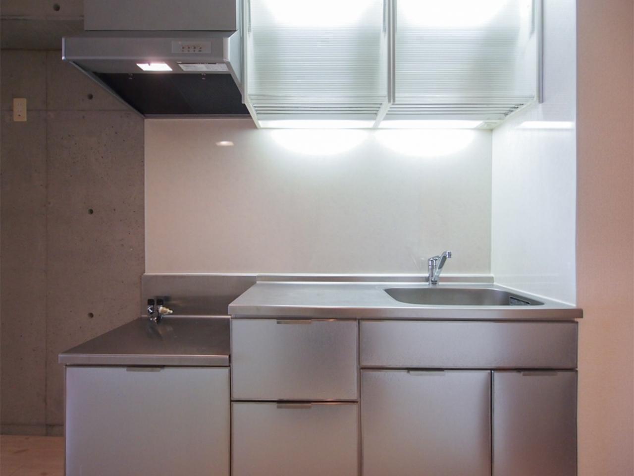 シルバーでシャープなデザインのキッチン