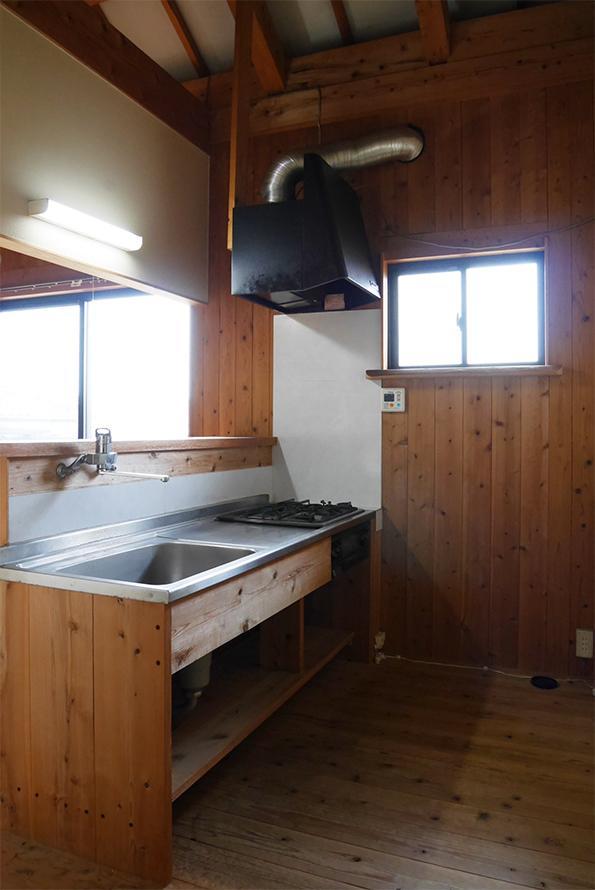 広めのキッチンスペース。このロッジ感がたまらん。