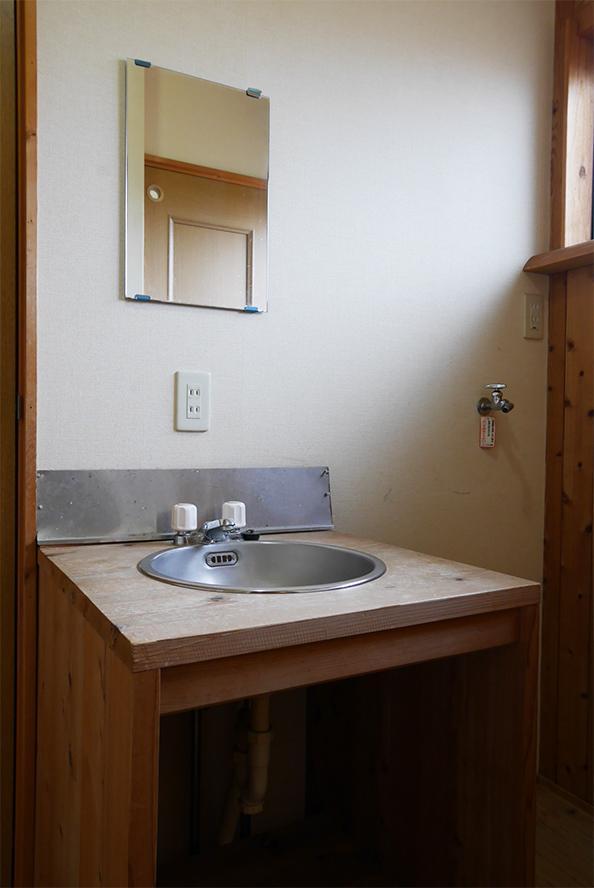 洗面スペース。小さめながら良い雰囲気です。