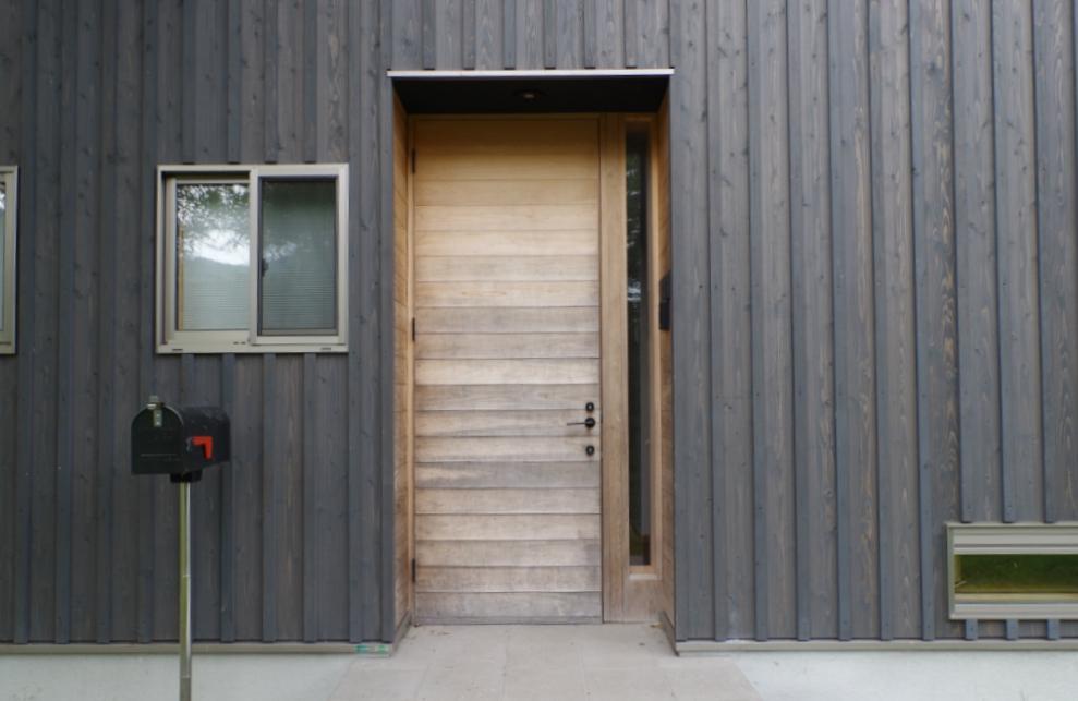 緑の扉、外側はこんな表情。