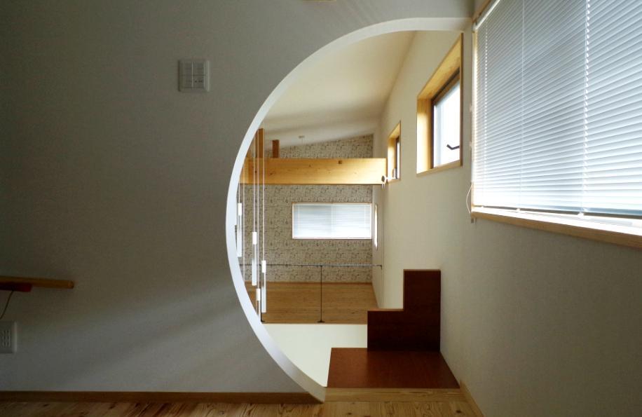 屋根裏部屋の入り口は遊び心のある半月型。