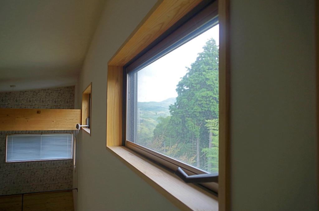 小さな窓からも緑が見える粋なデザイン。