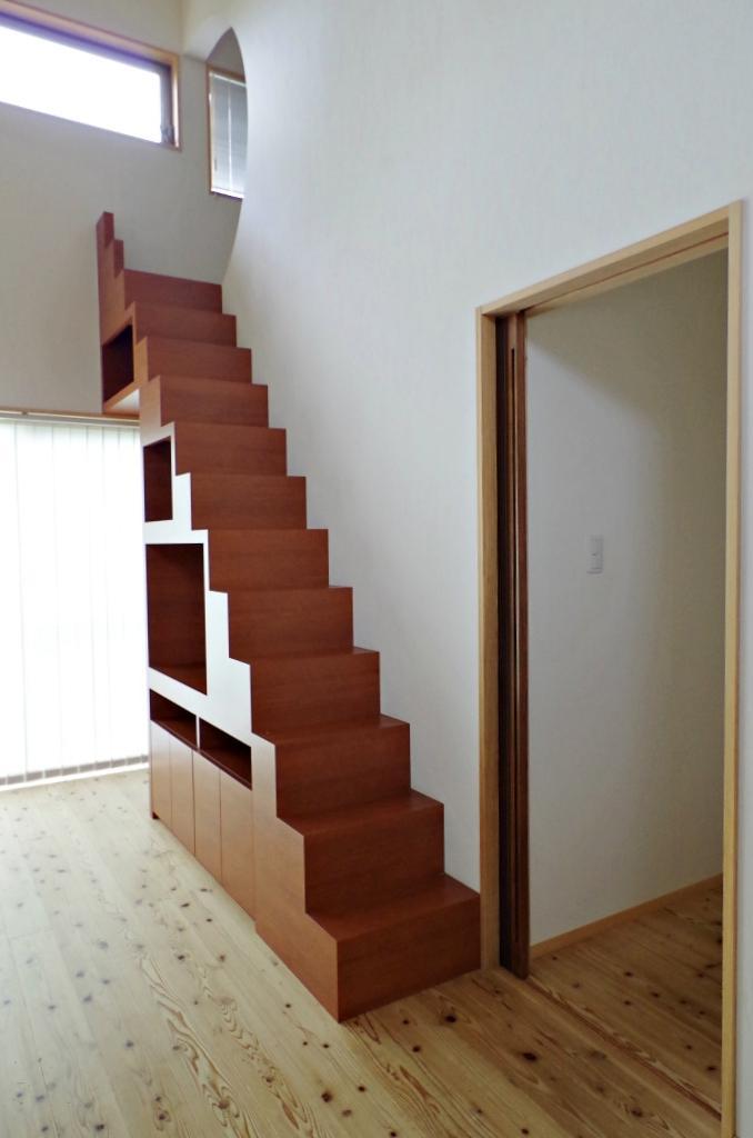 リビングの収納棚がそのまま屋根裏への階段に。