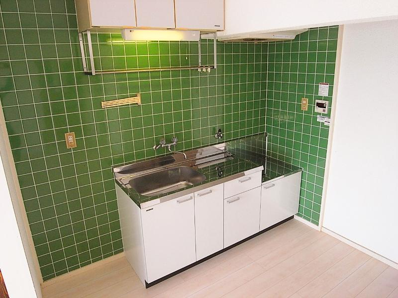 可愛らしいキッチンタイルは建築当初からのものだとか