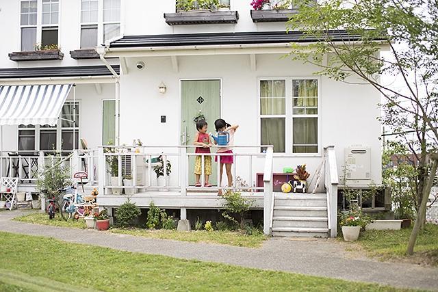 前庭は車の進入がなく、子どもも安心して遊べます。