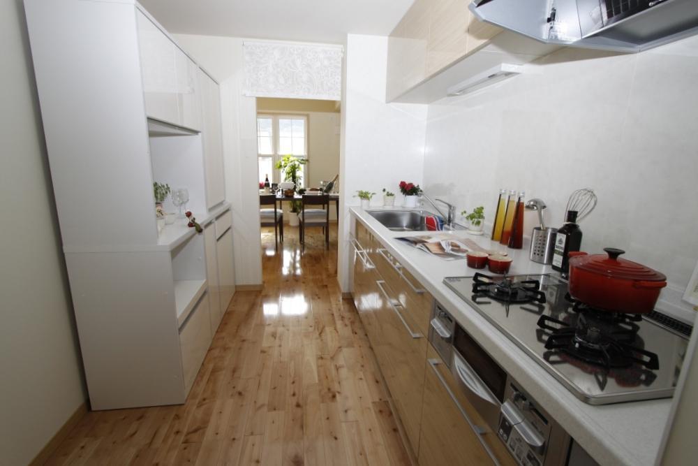 キッチンは独立型で、ダイニング、リビング双方から使えます。