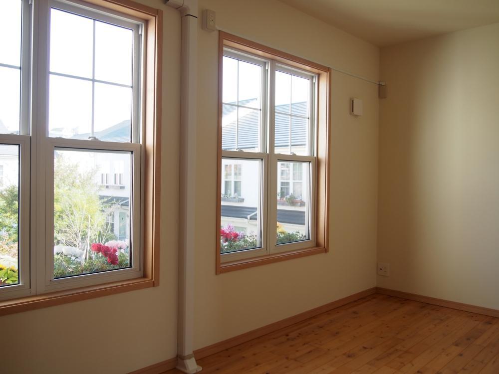 2階洋室。建物自体、機密性が高く、ペアガラスのおかげで冬もぽかぽか。