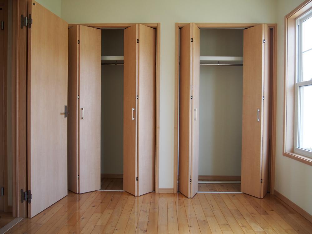壁面いっぱいのクローゼット(2階洋室)