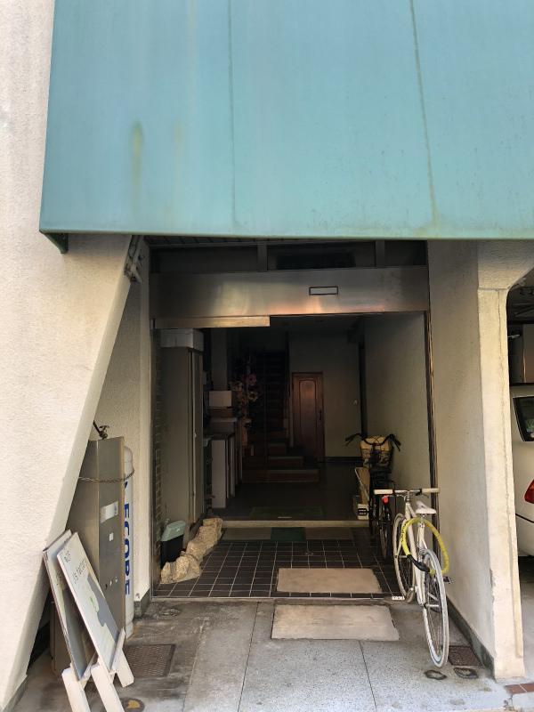 入り口はお濠と反対側です。