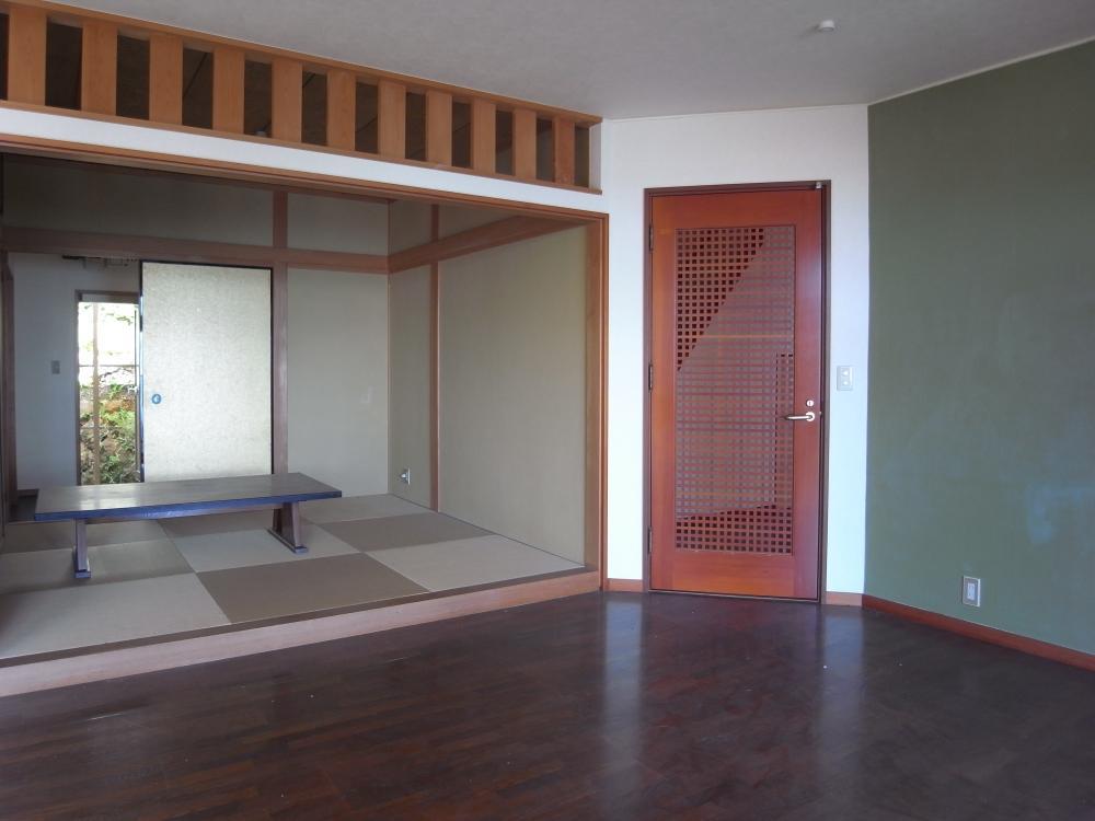 色合いが面白い、リビングから和室につながるオープンな空間。