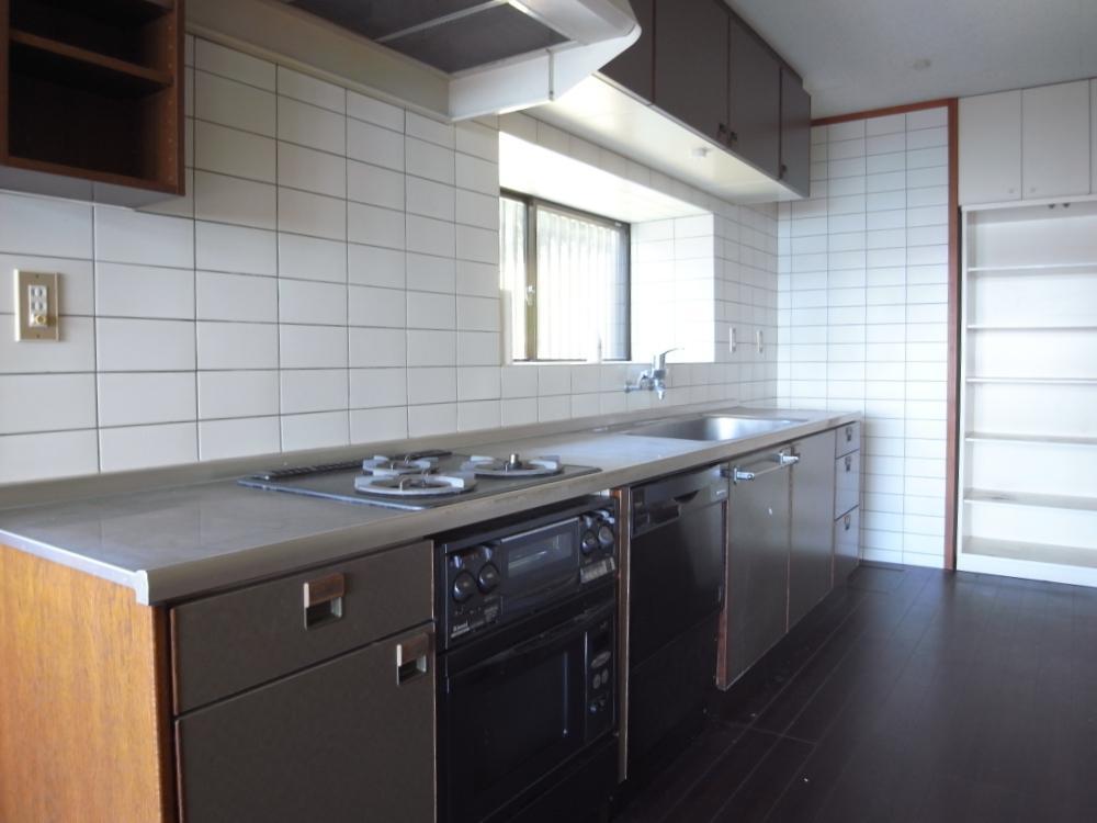 キッチンは多少古いもののしっかりした流し台、ガス器具が備わっています。
