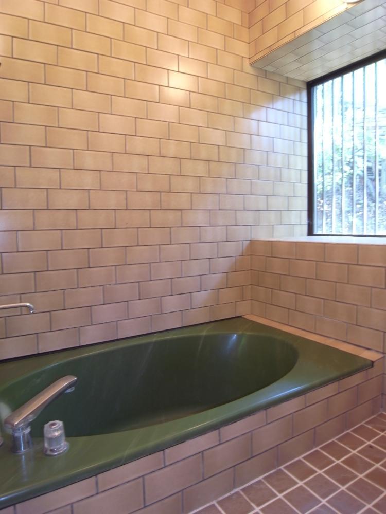 ゆったりスペースの浴室。