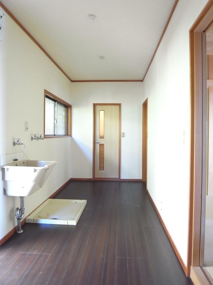 キッチンから続くサニタリースペースは広く使いやすい動線。正面のドアはトイレです。